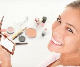 mujer-maquillandose