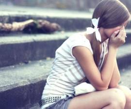 La relación que acaba de terminar ha significado mucho para ti y te hace sentir decepcionado y frustrado, con el miedo de no ser capaz de encontrar otra persona tan magnífica. Una de las creencias más comunes es pensar que sólo hay una persona que puede hacerte feliz. Lo que estás haciendo en este momento es encerrarse en sí mismo, bloqueando así la energía del amor. En este momento tu mente se bloquea en los buenos recuerdos, las intensas emociones experimentadas, que le impide ver lo que hay ahí fuera. Un método para superar una desilusión de amor es tomar el control de sus sentimientos y de sus pensamientos y centrarse en el futuro. Sin embargo aceptar el pasado y dejarlo ir. Cómo superar una decepción en el amor Hay varias cosas que usted puede hacer como: No buscar recuperar a su ex. Uno de los primeros pasos para la recuperación es admitir la ruptura, y así renunciar a juntar las piezas de la relación. Usted nunca debe mirar hacia atrás, que no le ayuda a seguir adelante. Sin embargo, el realismo es el primer paso. Es en esta fase que tenemos que llorar a la pareja que hemos perdido. Tenemos que renunciar a ella, acepta su estado para volver a lo concreto, a la realidad. Acepta lo que pasó. Recuerde que su bienestar es lo primero. Una decepción en el amor, aunque es triste, te ayuda a ser más fuerte, más combativa(o) para convertirse en una mejor persona. Acepte lo que pasó y verlo como parte de su vida. No se desespere, véalo como una oportunidad para mejorar y cambiar sus vidas de una manera positiva. Salga a menudo en compañía. Hablar, reír, bromear y desahogarse con alguien que está dispuesto a escucharlo. Salga a discotecas, conciertos, fiestas de cumpleaños, salidas del grupo, es importante conocer gente nueva y amigable, capaces de transmitir emociones positivas. Esto aleja de su mente el pasado y proyecta su mente a una nueva vida. No escuchar música depresiva. La música amplifica las emociones: si escuchas músicas melancólicas o tristes, se refleja en